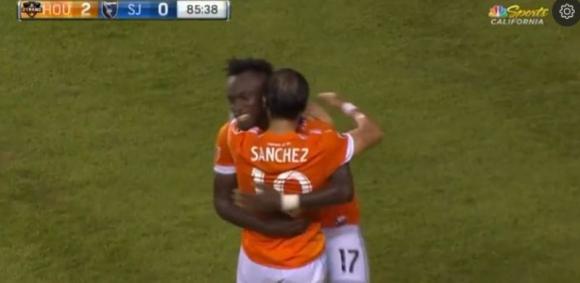 Vicente Sánchez celebra con Albert Elis su primer gol en la MLS. Foto: Captura.