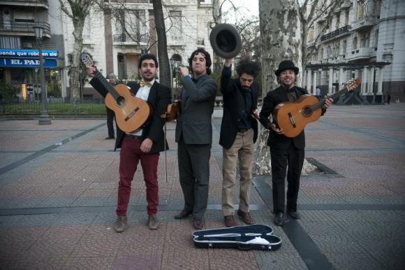 El Pibe, Enzo, el Faraón y Bellini cantan serenatas en la Plaza de Cagancha. Foto: F. Pozetto