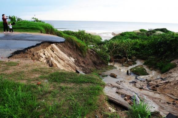 En Febrero de 2014 las fuertes lluvias generaron un cráter en la rambla de Atlántida.  Foto: Marcelo Bonjour
