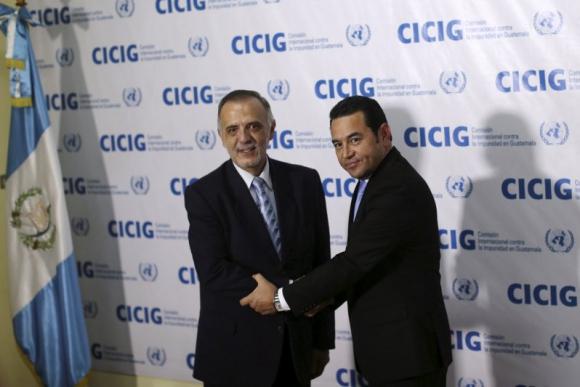 Iván Velásquez y Jimmy Morales en 2015. Foto: Reuters.
