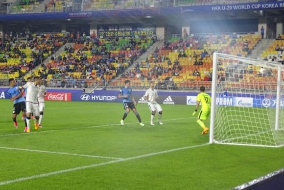 Impresionante remate al ángulo, el arquero Zaccagno no puede hacer nada. Foto: @Uruguay