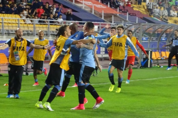 Rodrigo Amaral emprende el festejo del golazo y busca a los suplentes. Foto: @Uruguay