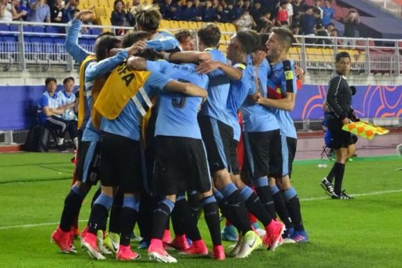 Llegan todos y forman una montaña humana para celebrar el 1-0. Foto: @Uruguay