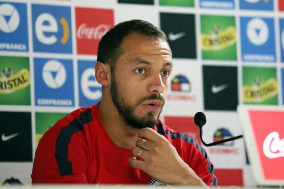 Marcelo Díaz, atendiendo a la prensa en Chile. Foto: EFE