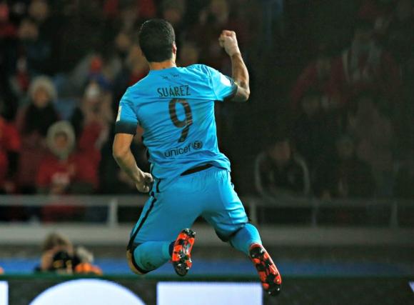 Luis Suárez festejando uno de los goles de Barcelona en el Mundial de Clubes con la camiseta celeste. Foto: Reuters