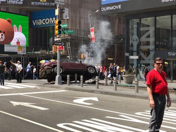 Un auto embistió a los peatones en pleno Times Square. Foto: Twitter @BuffingActions