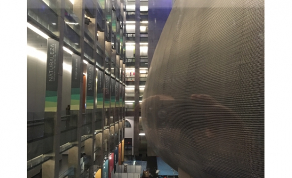 Exterior de la Sala Sinfónica en el patio central del Centro Cultural Kirchner (foto László Erdélyi)