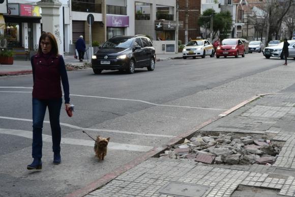 Alambres y pedazos de baldosas amontonados pueden verse a lo largo de toda la Avenida 21 de setiembre. Foto: M. Bonjour