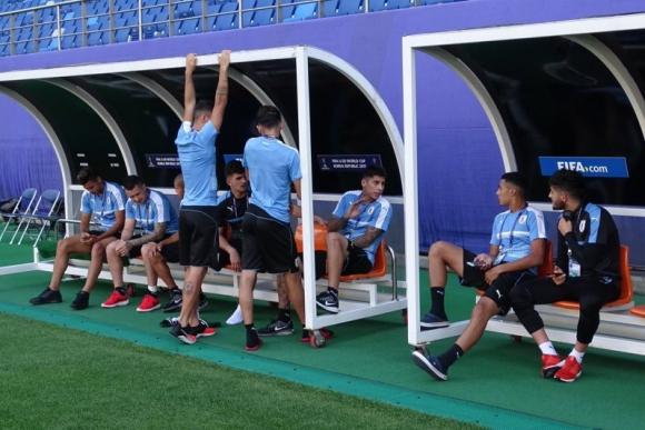 Distendido diálogo en el banco de suplentes, disfrutando el estadio de Daejeon. Foto: @Uruguay