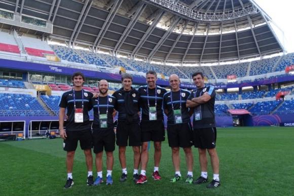 El grupo de profesionales a cargo del equipo con una foto para el recuerdo. Foto: @Uruguay