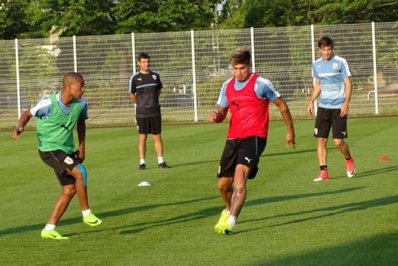 Fútbol en espacios reducidos para ir activando a todo el equipo. Foto: @Uruguay