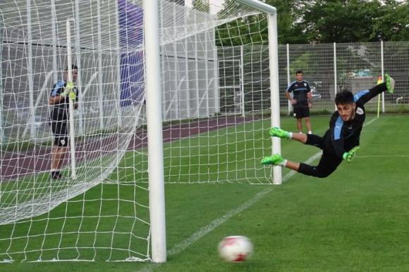 Ojos bien abiertos de Santiago Mele, pero la pelota se fue desviada. Foto: @Uruguay