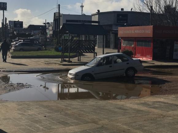 Chapuzones: varios autos caen al pozo al llegar a Giannattasio. Foto: Gentileza lector