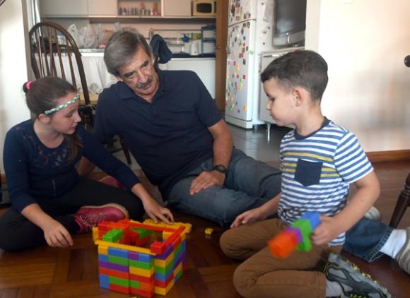 Juan Antonio disfruta de hacer actividades con Sol y Genaro. Foto: F. Flores.
