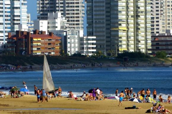 La playa mansa en Punta del Este se prepara para la temporada. Foto: Ricardo Figuerredo