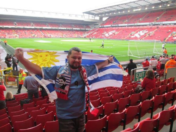 Por amor a la selección uruguaya se hizo hincha del Liverpool de Luis Suárez.