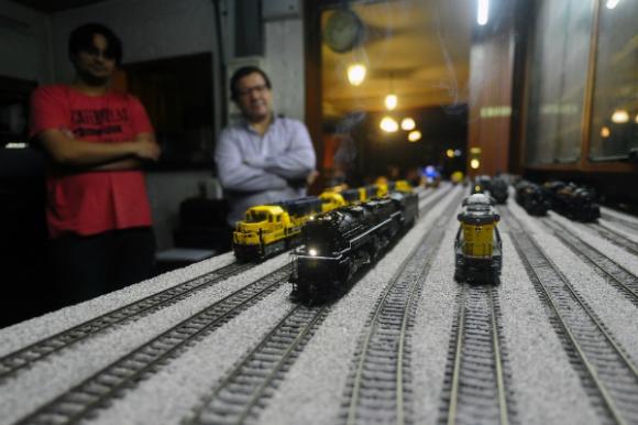 Las locomotoras avanzan, con los coleccionistas al fondo: Mathias Tolosa y Víctor Lampariello (Foto: Fernando Ponzetto).