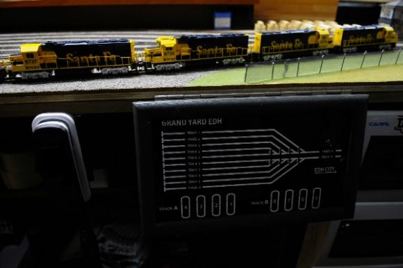 El control digital del minisistema ferroviario incluye teléfonos para conectar a los operadores (Foto: Fernando Ponzetto).