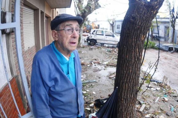 Un vecino de Dolores no puede salir de su asombro. Foto: Fernando Ponzetto