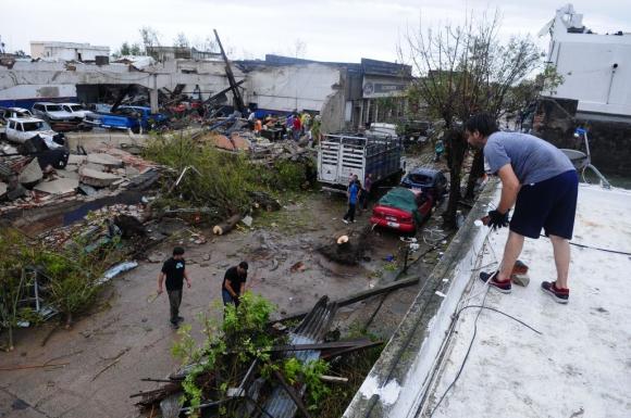 Vecinos intentan remover escombros. Foto: Fernando Ponzetto