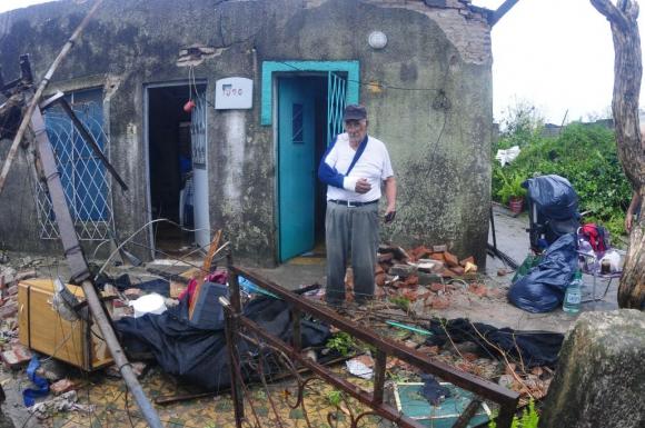 Un vecino que resultó herido mira lo que queda de su casa. Foto: Fernando Ponzetto