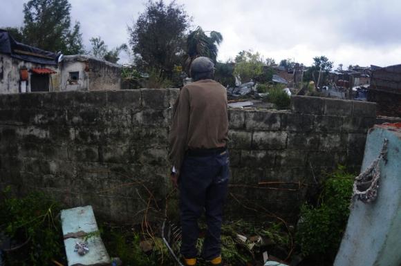 Otro vecino y la imagen de la desolación. Foto: Fernando Ponzetto