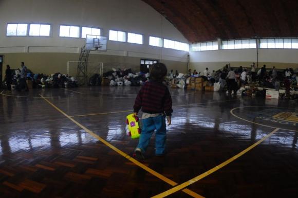 Un niño en el gimnasio del club deportivo dónde están los evacuados. Foto: Fernando Ponzetto