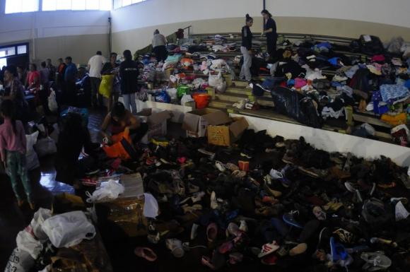 Evacuados en el gimnasio del club. Foto: Fernando Ponzetto