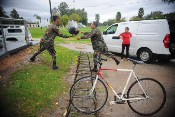 El Ejército en las tareas de auxilio a los evacuados. Foto: Fernando Ponzetto