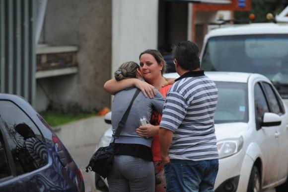 Vecinos que no encuentran consuelo. Foto: Fernando Ponzetto