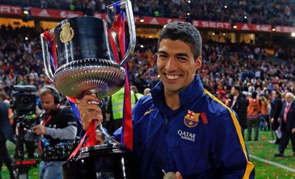 Luis Suárez con el trofeo de la Copa del Rey. Foto: redes sociales de Luis Suárez.