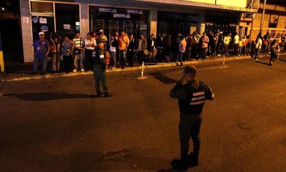 Multitud de personas cruzan la frontera con Colombia. Foto: EFE