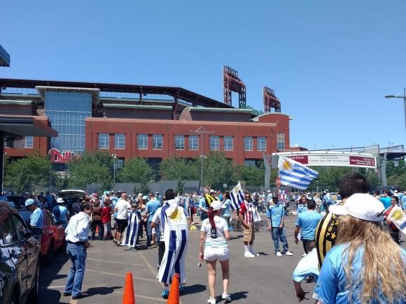 Los hinchas de Uruguay en las afueras del estadio. Foto: Daniel Rosa