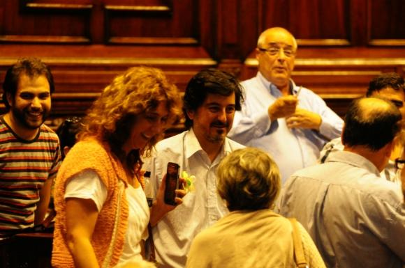 Pasada las 21 horas, los 50 legisladores del FA levantaron el receso. Foto: Marcelo Bonjour