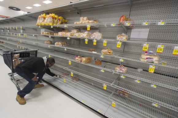 Los supermercados son vaciados por los clientes. Foto: EFE.