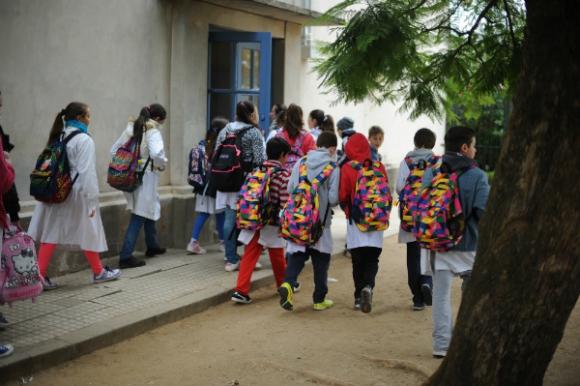 Sin hacer prensa, este año el futbolista donó 1.200 mochilas para todas las escuelas públicas de Rosario.