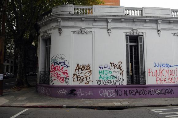 Grafitis en Montevideo. Foto: AFP