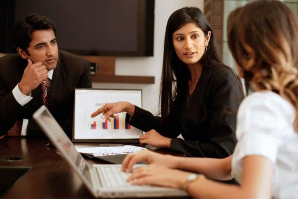 Relegadas. En general las mujeres acceden a gerencias de áreas como recursos humanos o comunicación. Foto: Archivo El País.