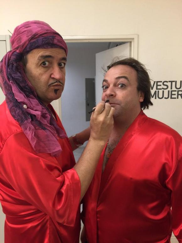 """Álvaro Navia y Leo Pacella en preparativos para """"Sé lo que viste"""". Foto: @Vaguerre"""