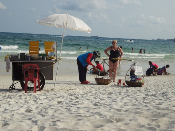 Vendedores ambulantes en la playa de Koh Samet.  Foto: Déborah Friedmann