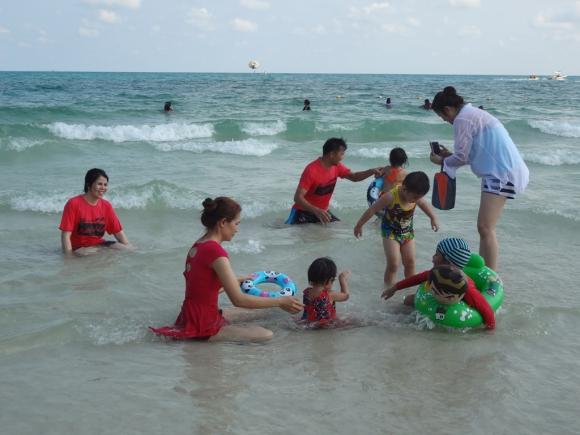 Es habitual que los tailandeses ingresen al mar con ropa. Foto: Déborah Friedmann