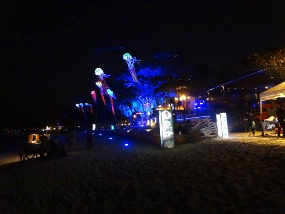De noche, con más de 30°, comer sobre la playa es la mejor opción en Koh Samet. Foto: Déborah Friedmann