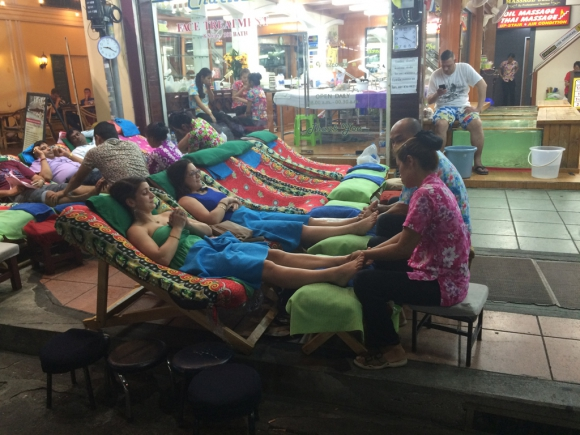 Al costado de Khao San Road, bien vale la pena hacerse un masaje. Foto: Déborah Friedmann