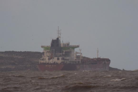 Carguero encalló frente a Punta del Este. Foto: Ricardo Figueredo