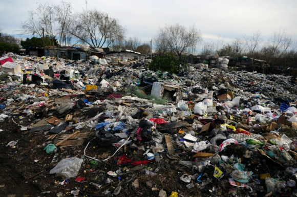 La basura es parte del paisaje en el barrio Tres Ombúes. Foto: Fernando Ponzetto