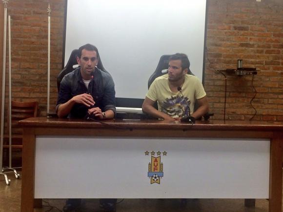 Así lució la conferencia de prensa sin la cartelería detrás de los jugadores. Foto: @leo_sanguinetti