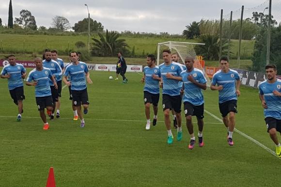 La selección uruguaya entrena sin publicidad en su camiseta. Foto: @jpromeroh