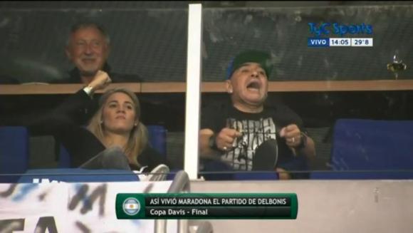 Diego Maradona durante el partido de Federico Delbonis. Foto: Captura