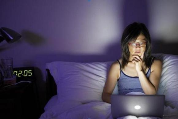 Mujer con computadora. Foto: iStock