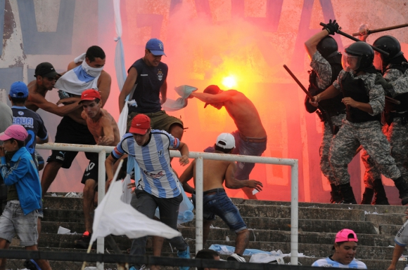 2015. Disturbios en el Estadio Tróccoli. Hinchas de Cerro y la policía se enfrentaron en la tribuna mientras transcurría el partido entre albicelestes y mirasoles. Cinco personas fueron procesadas.